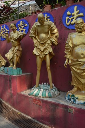 Ten Thousand Buddhas Monastery (Man Fat Sze): The long-legged monk