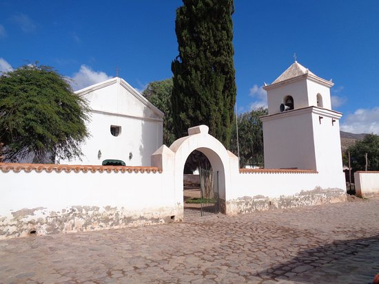 Vista del muro con la torre campanario