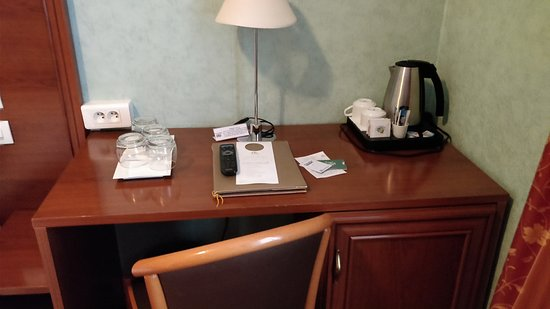 Un bureau avec tout le nécessaire picture of hotel terminus lyon