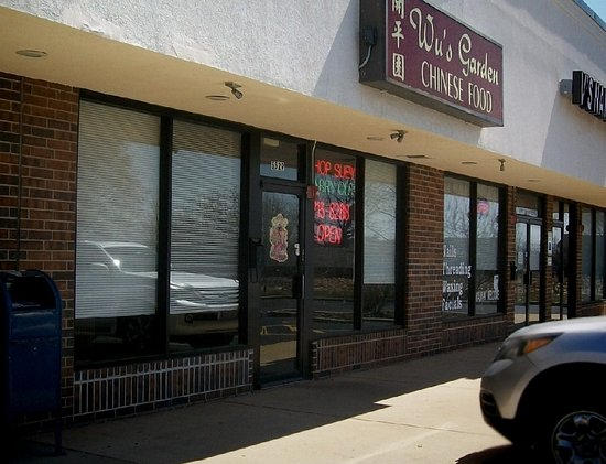 Hanover Park, IL: easy in from/out to county farm rd. small east-side strip mall, lotsa parking