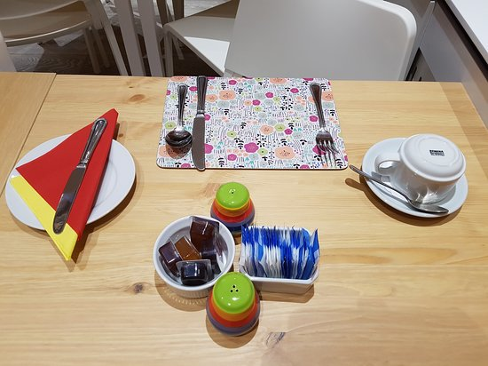 New Bond Hotel: Breakfast - table.