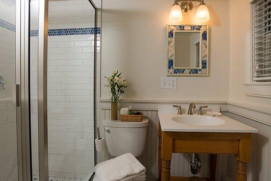 East Orleans, MA: Deluxe Queen room #2 bathroom