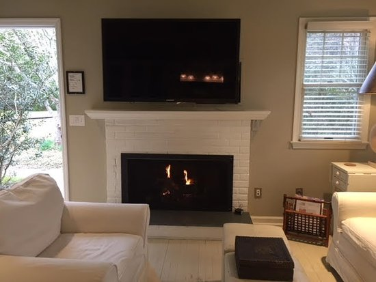 Mill House Inn: Gas fireplace in living room of the suite
