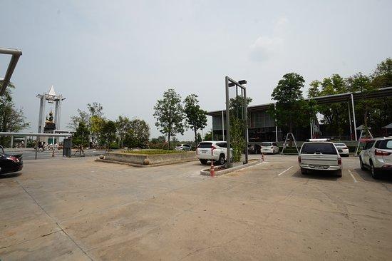 In Buri, Tailândia: อยู่ด้านในลานจอดรถค่ะ