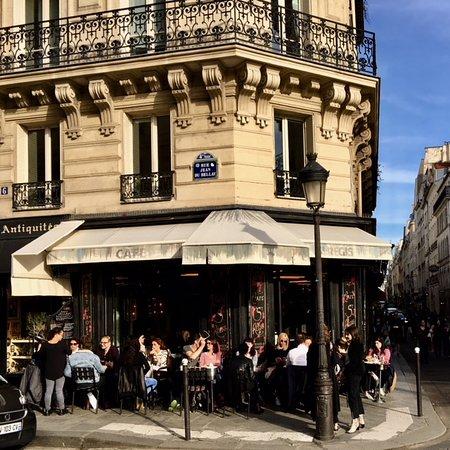 Happy customers at café Le Saint Regis