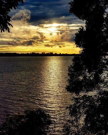 nascer do sol com a vista do deck molhado - piscina