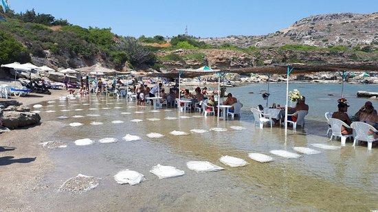 Nikolas Beach: Tavolini in mare