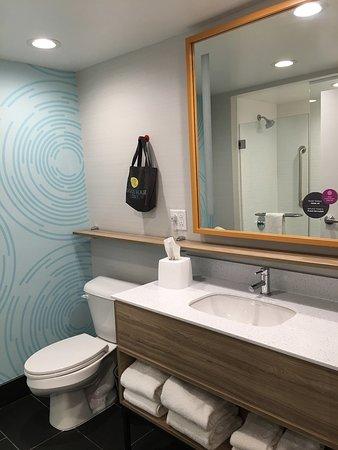 Farmville, VA: Room 404 toilet & sink