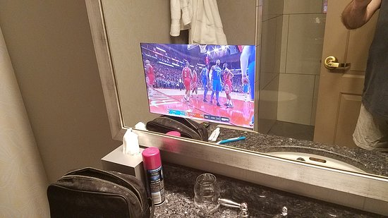 Hotel Blackhawk, Autograph Collection : TV in bathroom mirror!