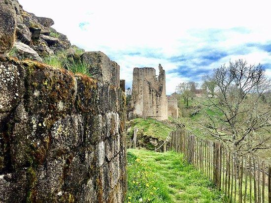 Château de Crozant : Un lieu témoin des luttes entre grandes familles