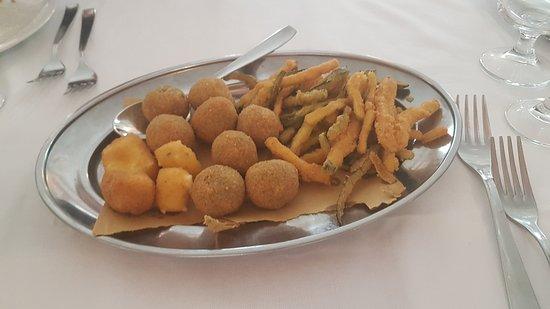 Appignano del Tronto, Italie : olive ascolane e mozzarella fritta