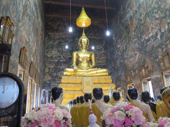 Wat Suthat : Buda y estatuas de monjes orando