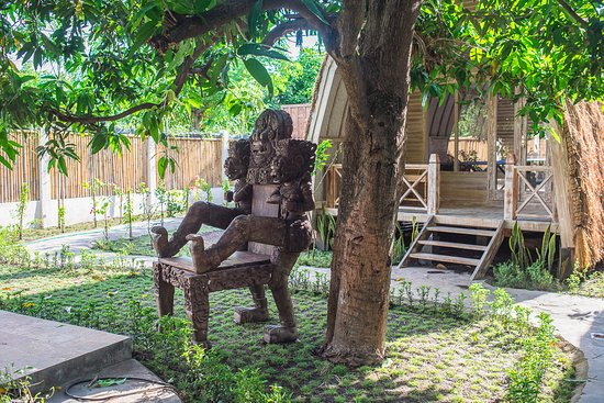 Gili Air, Indonésia: Deluxe bungalow with our throne under the manggo tree