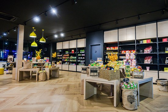 M2 Boutique Hotel: Lobby serves as M2 Store for snacks, drinks station etc
