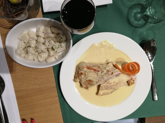 Bjelovar, Croácia: Turkey with chees sauce and home made gnocchi