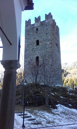 Champorcher, Italia: La Torre dal portale della Chiesa