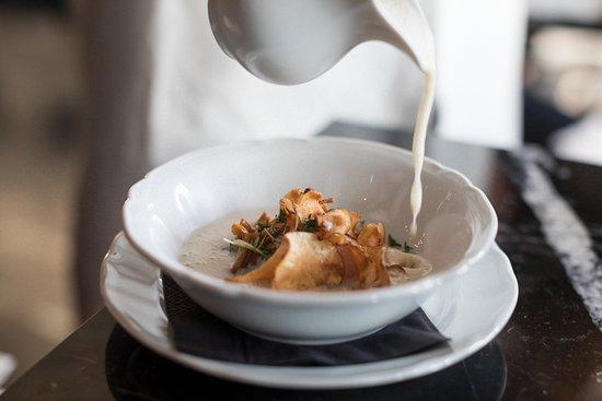 Bistro Linne : Jerusalem artichoke soup, 63c egg, pickled chantarelle