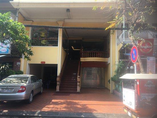 Golden House International Resmi