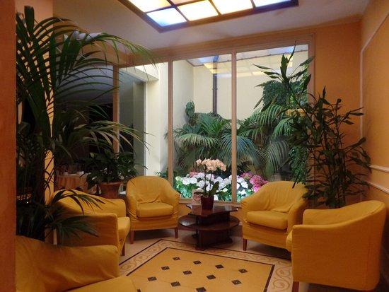 Hotel Corona D'Italia: la entrada al salón de desayunos