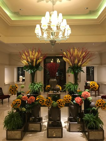 Four Seasons Istanbul at the Bosphorus: very Four Seasons Georges Cinq flower arrangements style