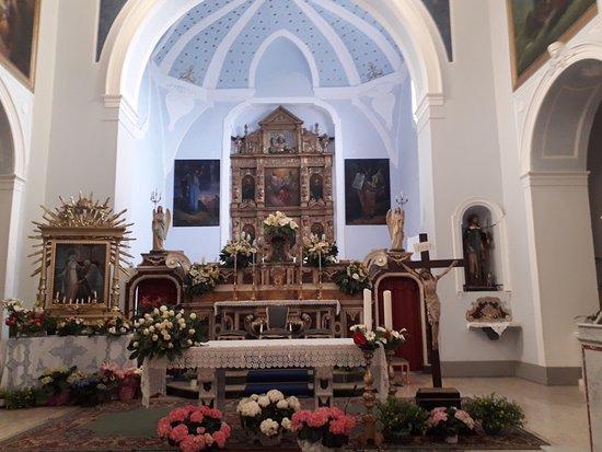 Rocca Imperiale, Италия: L'altare maggiore addobbato
