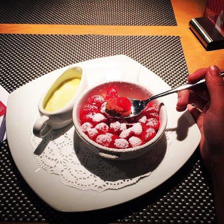 Dolce Look: Черешневый пирог с фисташковым соусом