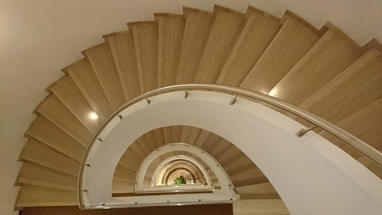 Hotel Derby Sevilla: View of the stairs from the 4th floor.