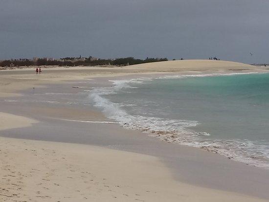 Murdeira, Cape Verde: la plage de Ponta Preta et la dune en arrière plan
