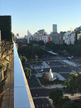 Eurobuilding Hotel Boutique Buenos Aires: Vista desde la última planta donde hay piscina, bar y duchas.