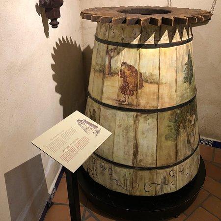 Silla con clavos para interrogatorios: fotografía de Museo