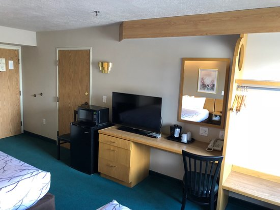 Willow Creek Inn: Deluxe 2 Queen- Desk, Fridge, Microwave & TV
