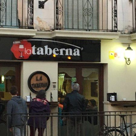 La Taberna: 忙しいがホスピタリティにあふれている