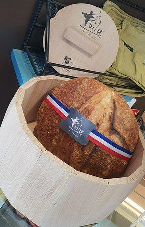 Boulangerie Patisserie Guenard: La jolie boite à pain en bois vendue ,comme la musette ,à la boulangerie