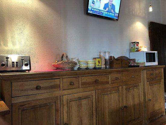 Amberieux-en-Dombes, فرنسا: Le buffet du petit déjeuner ! Faut pas avoir une grosse faim et aimer les bananes très très mûre