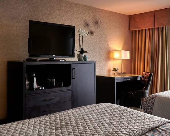 Lonsdale Quay Hotel: Executive Room Furnishings