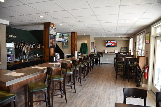 Topsham, Мэн: a killer sports bar downstairs with multiple TVs