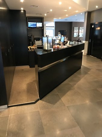 Hotel Piet Hein: Entrance and Front Desk