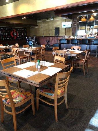 โอโคอี, ฟลอริด้า: Dining area with stage for live entertainment and a full-service liquor bar in the background