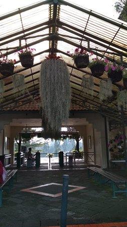 Taman Bunga Nusantara: tampak gerbang pemeriksaan tiket