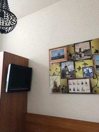 Nicolaas Witsen Hotel: зато симпатичные картины на стене