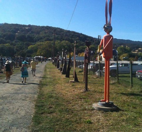 Fairfield, Kalifornia: Enjoy a nice walk in the the countryside amongst farm animals and the countless sculptures!
