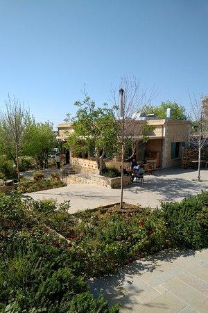 Bhamdoun, Lübnan: Restaurant wih garden