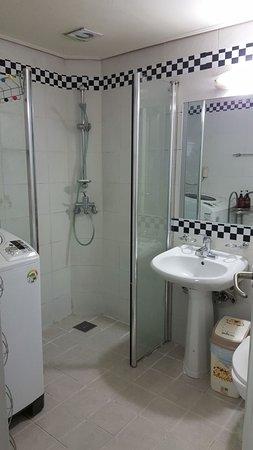 Hongdae Guesthouse: The bathroom very clean