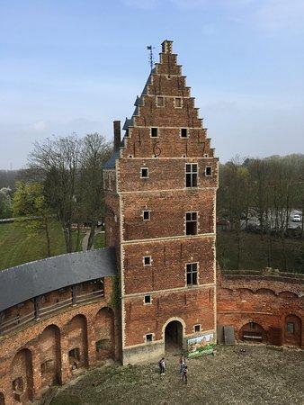 Kasteel van Beersel: One of the three towers