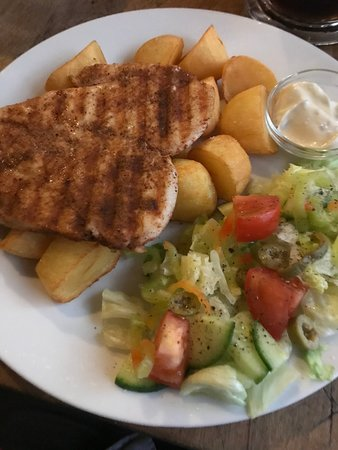 Hany Bany: Chiken breast with potato croutons, fresh salad and tatar sauce
