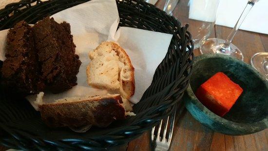 Snekkersten, Dänemark: Lækkert maltbrød og Manitobabrød med smør vendt i tomatstøv