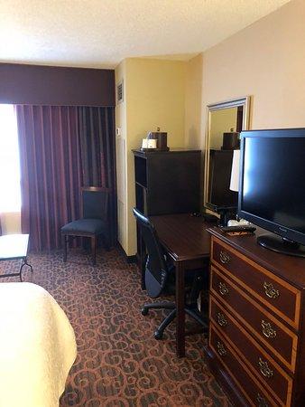 Hampton Inn & Suites Memphis - Beale Street: desk