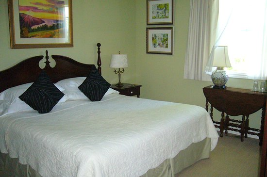 1818 Rising Sun Bed & Breakfast: King size bedroom with ensuite