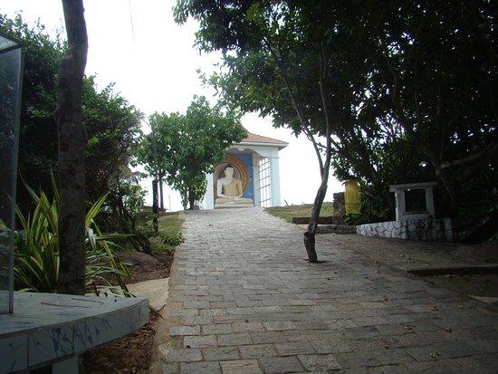 Jungle Beach: Храм на горе над пляжем