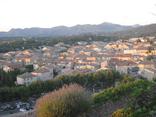 L'Evêché: Vue vers les montagne et la ville romaine de la terrasse du petit déjeuner